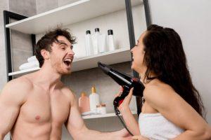 Homme et femme heureux au spa