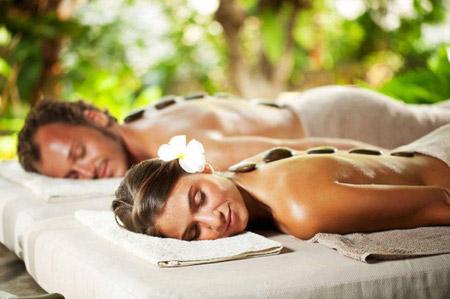 Massage corporel aux pierres chaudes