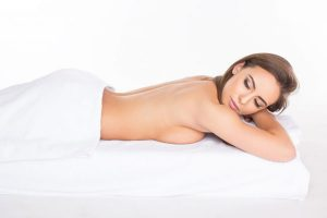 Relaxation jeune femme au spa